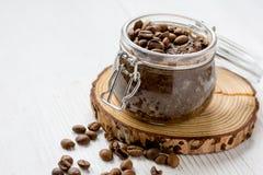 O café-chocolate do frasco esfrega na tabela de madeira Fotografia de Stock