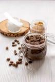O café-chocolate do frasco esfrega na tabela de madeira Foto de Stock