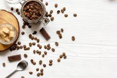 O café-chocolate do frasco esfrega a vista superior na tabela de madeira Foto de Stock