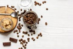O café-chocolate do frasco esfrega a vista superior na tabela de madeira Imagens de Stock
