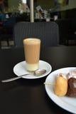 O café com leite condensado e bolo de chocolate estala Imagens de Stock