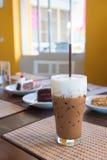 O café congelado do mocha com leite está na esteira fotografia de stock royalty free