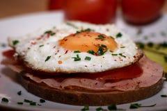 O café da manhã bávaro saboroso chamou o strammer máximo fotos de stock royalty free