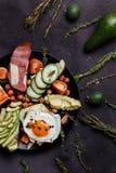O café da manhã caseiro, ovo mexido com tomate cortou fotografia de stock