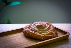 O café da manhã cozeu o rolo, almods com backgroud de madeira imagens de stock royalty free