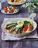 O café da manhã das panquecas cozeu com aspargo com ovo cozido e queijo creme Imagens de Stock