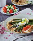 O café da manhã das panquecas cozeu com aspargo com ovo cozido e queijo creme Imagem de Stock