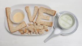 O café da manhã do amor cria a ideia é leite do chá verde do pão e do tofu Fotografia de Stock