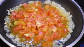 O café da manhã entusiasta delicioso preparou-se em uma frigideira feita dos ovos e dos vegetais com queijo Regaços do tempo 4k,  filme