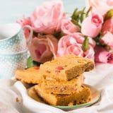 O café da manhã festivo floresce bownies da manteiga de amendoim na cor pastel Fotografia de Stock