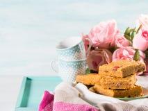 O café da manhã festivo floresce bownies da manteiga de amendoim na cor pastel Fotos de Stock