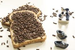O café da manhã holandês com pão e o chocolate saudam o hagelslag e a lembrança azul das louças de Delft imagens de stock royalty free