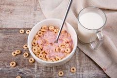 O café da manhã, milho soa com iogurte, e leite em um fundo de madeira fotografia de stock