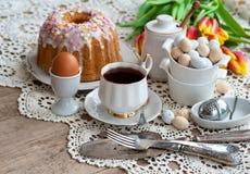 O café da manhã da Páscoa, chá alto, ajuste da tabela para jantares festivos, fez malha a toalha de mesa foto de stock