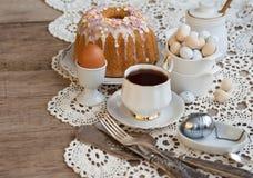 O café da manhã da Páscoa, chá alto, ajuste da tabela para jantares festivos, fez malha a toalha de mesa fotos de stock royalty free