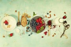O café da manhã saudável ajustou-se com granola, superfoods, leite da amêndoa e fotografia de stock royalty free