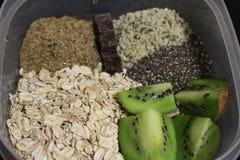 O café da manhã saudável da aveia durante a noite antes do leite é adicionado fotografia de stock royalty free