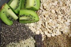 O café da manhã saudável da aveia durante a noite antes do leite é adicionado foto de stock royalty free