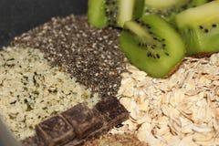O café da manhã saudável da aveia durante a noite antes do leite é adicionado imagem de stock royalty free