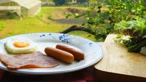 O café da manhã simples, dona de casa prepara o alimento em um prato branco video estoque