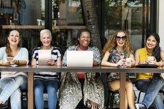 O café da refeição matinal da ligação da feminilidade ocasional socializa o conceito imagens de stock
