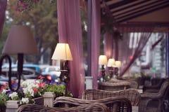 O café da rua do verão no centro da cidade j Fotos de Stock Royalty Free