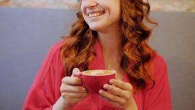 O café de sorriso feliz da mulher do prazer do café aprecia o copo video estoque