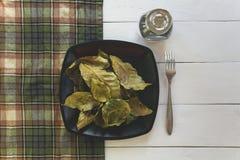 O café deixa um prato na tabela Fotografia de Stock