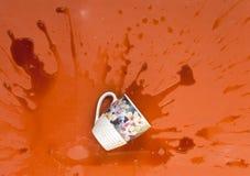 O café derramou o copo grande ao assoalho Imagens de Stock Royalty Free