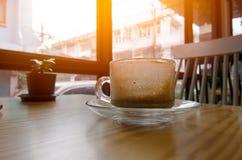 O café do cappuccino da manhã, bebe para fora Na madeira da tabela Imagem de Stock