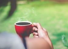 O café do café de Moring no copo vermelho, acorda por um bom dia Fotografia de Stock