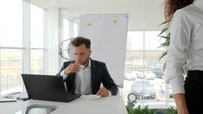 O café do secretário Prepares para o chefe no centro de negócios, executivo dá a documentação de corpo a corpo filme