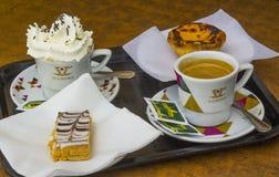 O café e as pastelarias para dois serviram em um café local em Albuferia em Portugal Foto de Stock Royalty Free