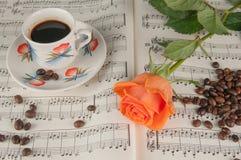 O café e aumentou Fotografia de Stock Royalty Free