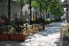 O café exterior vazio em um dia de verão Fotografia de Stock