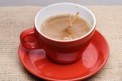 O café fabricado cerveja fresco derramado no copo com espirra e borbulha imagem de stock royalty free