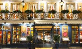 O café histórico Procope na noite, Paris, França foto de stock royalty free