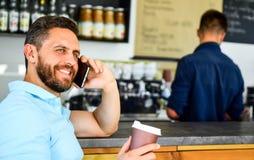 O café leva embora a opção para povos ocupados Fundo móvel do barista do café da conversação do homem Café da bebida ao esperar imagens de stock