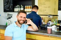 O café leva embora a opção para povos ocupados Homem com café da ordem do smartphone Conceito da ruptura de café Deixa a reunião  foto de stock royalty free