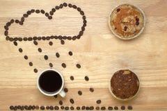 O café, os queques e a figura da vista superior nublam-se de fotos de stock