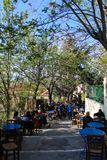 O café pitoresco velho no centro de Atenas greece chamou o anafiotika fotografia de stock royalty free