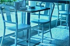 O café preside o fundo contemporâneo da janela de vidro do projeto do ângulo da tabela fotos de stock royalty free