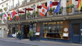 O café Procope em Paris com os retratos de escritores famosos e de políticos revolutionnary Benjamin Franklin, Jean Jacques Rouss Fotografia de Stock