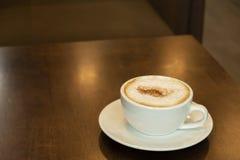 O café quente wodden dentro a tabela imagem de stock royalty free