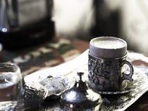 O café turco serviu com os copos de café feito-à-medida do metal e os copos da porcelana imagem de stock royalty free