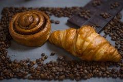 O caf? da manh? do chocolate do croissant do caf? arranjou em uma opini?o superior do fundo cinzento da pedra Foto em um baixo qu imagens de stock