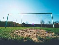 O cair dobrou redes amarelas azuis do futebol, rede do futebol do futebol Grama no campo de jogos do futebol no fundo Fotos de Stock Royalty Free