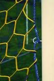 O cair dobrou redes amarelas azuis do futebol, rede do futebol do futebol A grama plástica e o branco pintaram a linha no jogo de Foto de Stock Royalty Free
