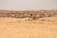 O Cairo como visto do plateou das pirâmides no guzeh, Egito foto de stock royalty free