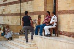 O Cairo, EGIPTO - 22 de abril de 2015, os agentes da polícia e os agentes de segurança guardam a entrada a Christian Church, o 22 fotos de stock